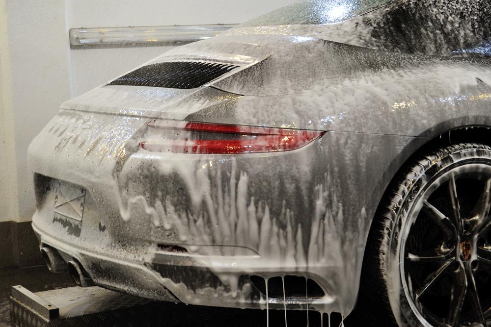 Porsche bei der Handwäsche